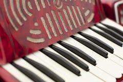 Closeup av det gamla röda dragspels- tangentbordet arkivbilder