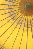 Closeup av det gula thailändska paraplyet Arkivbild
