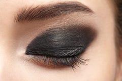 Closeup av det härliga kvinnaögat med makeup Arkivbild