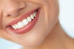 Closeup av det härliga leendet med vita tänder Le för kvinnamun