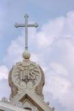 Closeup av det jesuitsymbolet och korset på kyrka i Dindigul royaltyfri fotografi