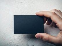 Closeup av det manliga kortet för affär för handinnehavsvart fotografering för bildbyråer