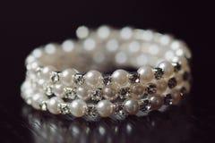 Closeup av det pärlemorfärg armbandet Royaltyfria Bilder