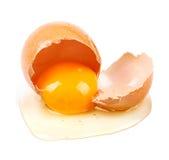 Closeup av det rå brutna ägget som isoleras på vit royaltyfri foto