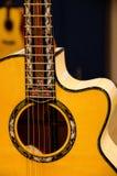 Closeup av det solida hålet av en gitarr Royaltyfri Fotografi