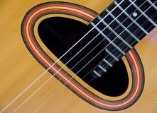 Closeup av det solida hålet av en gitarr Arkivfoton