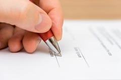 Closeup av det undertecknande avtalet för affärsman Arkivfoto
