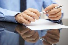 Closeup av dokumentet eller avtalet för läsning för affärsman Royaltyfri Fotografi