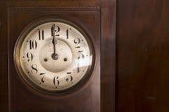 Closeup av en antik klockpendelklocka arkivfoto