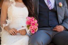 Closeup av en brud och en brudgum Royaltyfri Fotografi