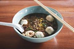 Closeup av en bunke av soppanudlar med köttbullar arkivfoton