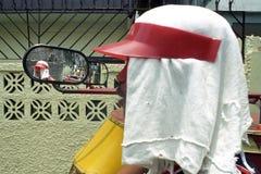 Closeup av en filippinsk taxichaufför på trehjulingen fotografering för bildbyråer