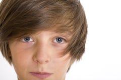 Closeup av en gullig tonårs- pojke som ler in i kameran Royaltyfria Bilder