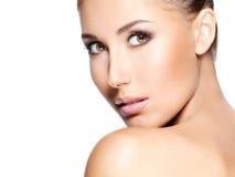 Closeup av en härlig kvinna med klar hud Royaltyfria Bilder