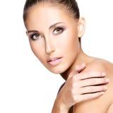 Closeup av en härlig kvinna med sund hud som trycker på hennes shou Royaltyfri Fotografi