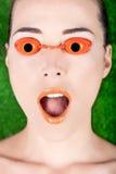 Closeup av en härlig kvinna som bär garva sängexponeringsglas med mo Arkivfoto