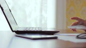 Closeup av en hand av flickan som arbetar bak arkivfilmer