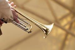 Closeup av en hand av en europeisk musiker som spelar på en trumpet Arkivbild