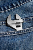 Closeup av en justerbar skiftnyckel i jeanfack Royaltyfri Fotografi