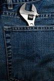 Closeup av en justerbar skiftnyckel i jeanfack Royaltyfri Bild