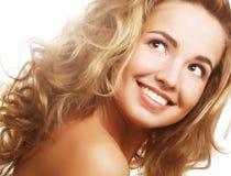 Closeup av en lycklig ung kvinna som ser upp arkivbild