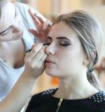 Closeup av en makeupkonstnär som applicerar makeup Royaltyfria Foton