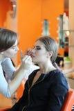 Closeup av en makeupkonstnär som applicerar makeup Royaltyfri Bild