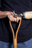 Closeup av en mans hand och den prosthetic armbenägenheten på huvudet av Arkivfoton