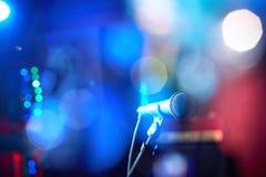 Closeup av en mikrofon för kapacitet mot en härlig colo Royaltyfria Foton