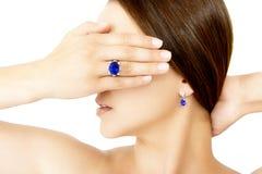Closeup av en modell Wearing en Tanzanite formgivare Ring och örhänge Royaltyfri Bild