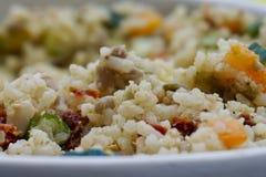 Closeup av en pilaff för vita ris med spanska peppar royaltyfri fotografi