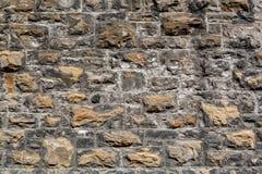 Closeup av en riden ut grov texturerad vägg för branschstentegelsten utomhus arkivbilder