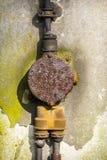 Closeup av en rostig gammal föreningspunktask på en vägg Royaltyfri Fotografi