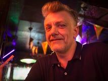 Closeup av en stilig caucasian man som sitter i en bar arkivbild