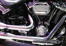 Closeup av en stor skinande motorcykelmotor royaltyfria bilder
