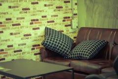 closeup av en vardagsrum med soffor och en kaffetabell i coff Royaltyfri Bild