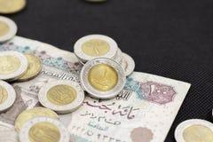 Closeup av ett egyptiskt pund som lägger på hundra pund sedel, Arkivfoto