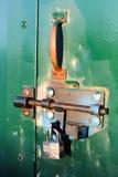 Closeup av ett färgrikt bultlås på ett skjul royaltyfria bilder