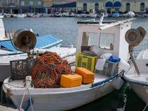 Closeup av ett färgrikt fisknät och annan tillbehör som ligger på ett fartyg royaltyfri fotografi