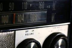Closeup av ett gammalt, tappning, radio med visartavlor Arkivbild