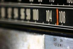 Closeup av ett gammalt, tappning, radio med vita nummer Arkivbild