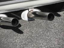 Closeup av ett klassiskt bilavgasrörrör Dubbelt rör Oljetrumma och världsöversikt Arkivfoton