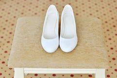 Closeup av ett klassiskt par av vita kvinnors skor royaltyfri foto