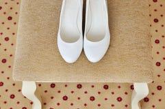 Closeup av ett klassiskt par av vita kvinnors skor royaltyfri fotografi