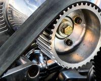 Closeup av ett kugghjul och ett bälte för blåsaremotor i en racerbil royaltyfri fotografi