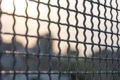 Closeup av ett litet ingreppsmetallstaket, med en oskarp bokehbakgrund av n?gra Manhattan byggnader royaltyfri foto