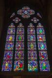 Closeup av ett målat glassfönster i Notren Dame de Paris Cathedral i Paris Frankrike fotografering för bildbyråer