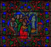 Closeup av ett målat glassfönster i Notren Dame de Paris Cathedral i Paris Frankrike arkivbilder