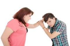 Closeup av ett ungt tillfälligt par som drar hår Fotografering för Bildbyråer