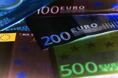 Closeup av eurosedlar och mynt arkivbild